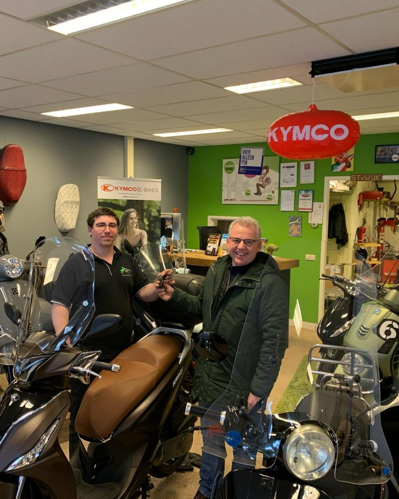 Ton en Lorenzo ScooterSMART-Almere-Scooter-Kymco-New-People-S-4-takt-25km-mat bruin 45km
